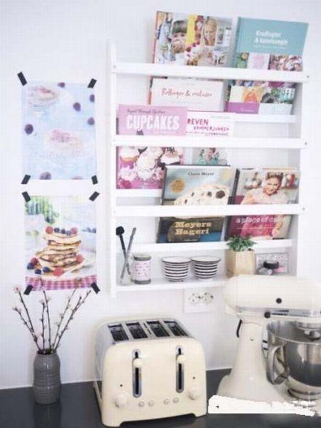 以活泼可爱.在墙上钉个简易书架,可以放一些菜谱或者调料,节约了
