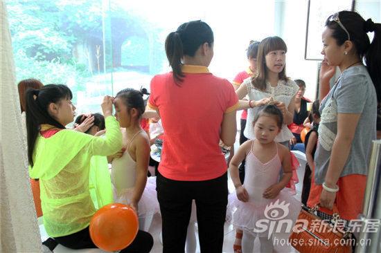 小编在游戏现场看到,孩子和家长们玩得很开心。在《串串乐》游戏环节,孩子拿绳、家长串珠配合地十分默契。在游戏《你来投我来接》中孩子投球、家长接球,大家玩得也是十分的欢乐。在合作运气球游戏环节,两组家庭组成一队完成运球任务。这次活动的游戏体现的是亲子这个主题,家长和孩子们一起参与,不仅增加了彼此的交流更有利于孩子身心健康发展。 《串串乐》游戏环节 《你来投我来接》游戏家长接球 《你来投我来接》游戏孩子投球 合作运气球游戏环节 孩子们运球 永丰东方广场项目工作人员派发儿童节礼物