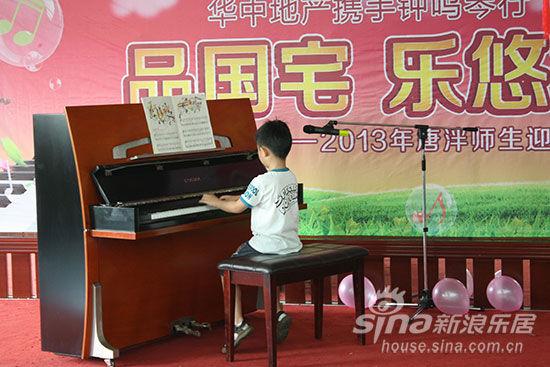 孩子钢琴表演