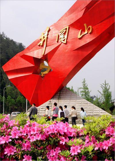 一踏上井岗山境内,鲜艳巨大的井岗红旗雕塑迎风招展,井岗山精神令人