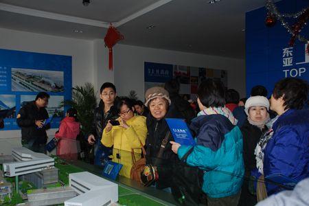 图为乐居看房团到访东亚上北鑫座