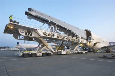 波音787梦想飞机机翼运抵埃弗雷特图片