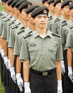 解放军试穿07式军服 尽显军人威武之气 组图