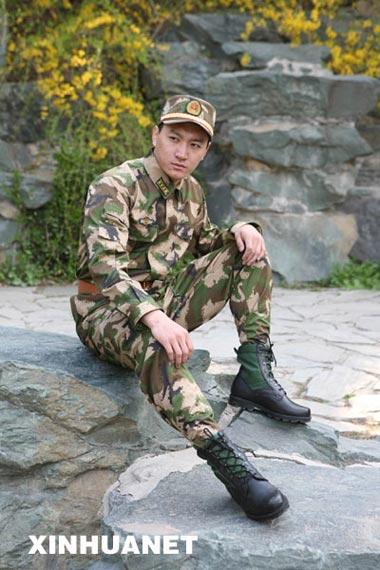 武警07式军服增姓名牌级别资历章将分三年换发