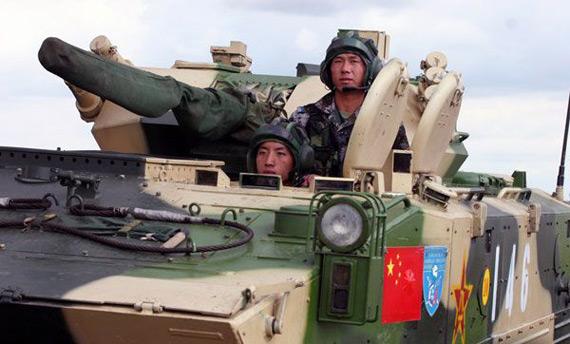 中国2辆装甲抢救车保障百辆参演战车(图)