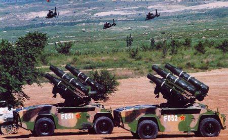 """解放军防空导弹两发连射击毁""""敌机""""(图)"""