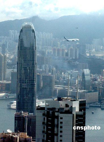 空中巨无霸A380客机低飞表演引来市民欢呼