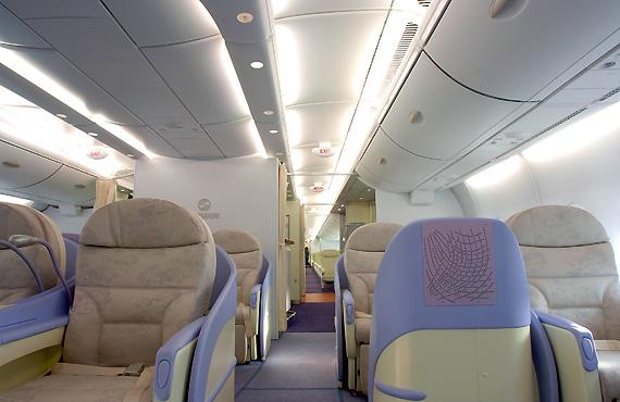 空客a380广州秀内饰 南航空姐担任空乘(图)图片