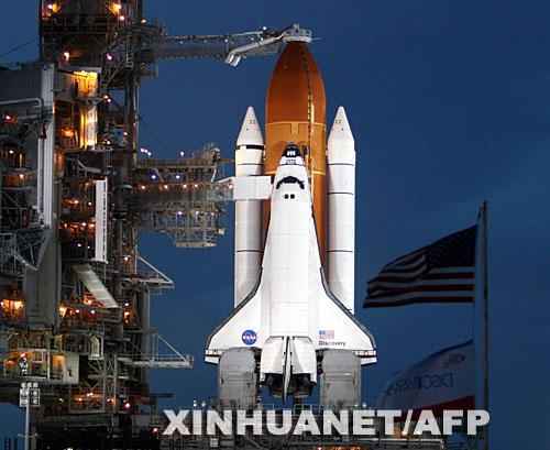 发现号宇航员检查航天飞机机翼确保返航安全
