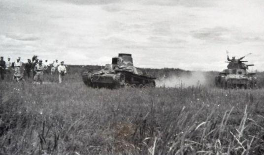 1947年在东安东北战车大队为了更好地发挥坦克进攻的威力提高坦克部队的战斗力,积极地进行坦克战术演练。