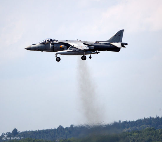 发动机的推力可以满足飞机垂直起飞的需要