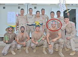 某国大兵戴二战日军标语