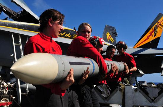 军械人员齐心合力搬导弹