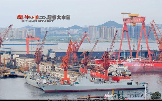 大连船厂猛造航母和052D舰