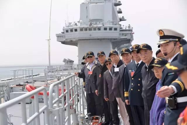 中国老院士专家登辽宁舰