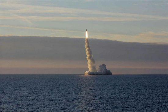 俄核潜艇发射布拉瓦导弹