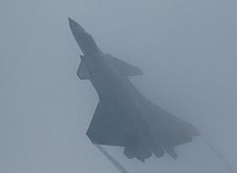 歼20大雾中狂秀机动性