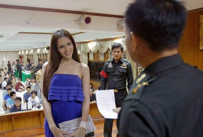 泰国变性人亮相征兵现场