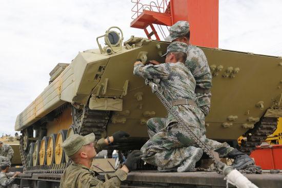 俄参赛BMP2装甲车到新疆