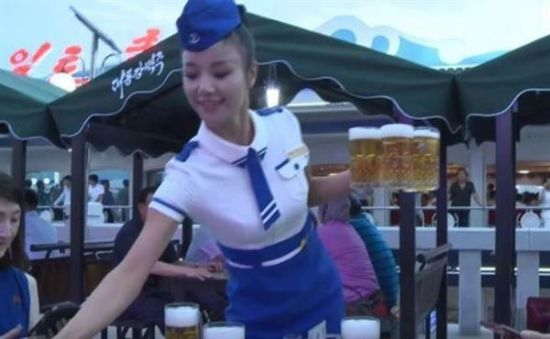 朝鲜女服务员着海军装