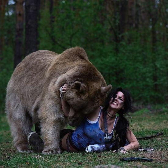 性感美女与巨熊野外搏斗