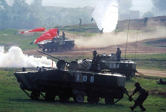 图文:我军空降兵部队伞兵车