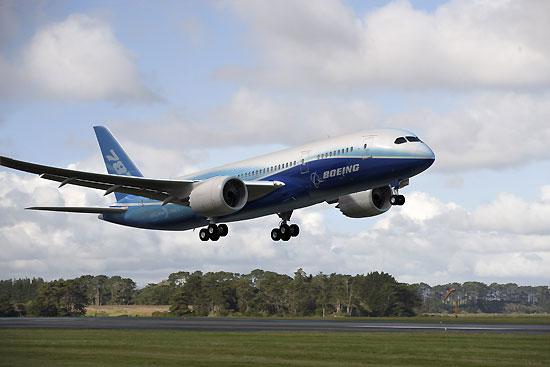 波音787梦想飞机(Dreamliner)是波音民用飞机集团正在研制生产中的中型双发(动机)宽体中远程运输机,是波音公司1990年启动波音777计划后14年来推出的首款全新机型。波音787系列属于200座至300座级飞机,航程随具体型号不同可覆盖6500至16000公里。波音强调787的特点是大量采用复合材料,低燃料消耗、高巡航速度、高效益及舒适的客舱环境,可实现更多的点对点不经停直飞航线。2004年4月,随着全日空确认订购50架波音787飞机,该项目正式启动。波音787预计于2006年开始生产,在2