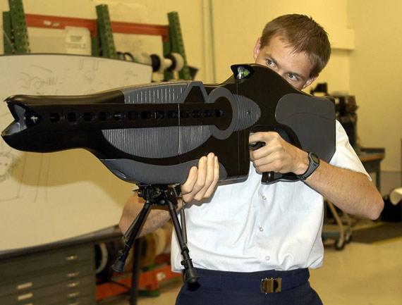图文:美国最新研制的PHASR非致命激光步枪