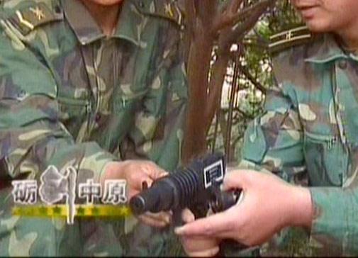 组图:解放军已经列装手枪式激光发射器