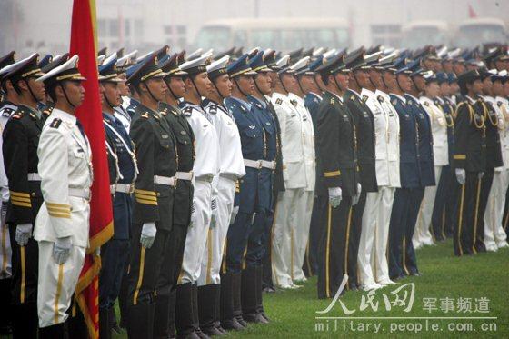 解放军三军官兵着07式新军服列队