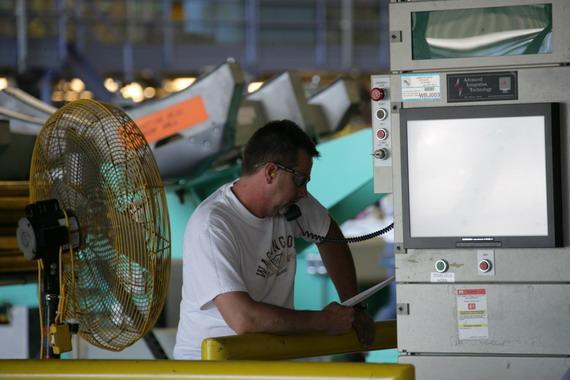 图文:波音737厂房工作人员