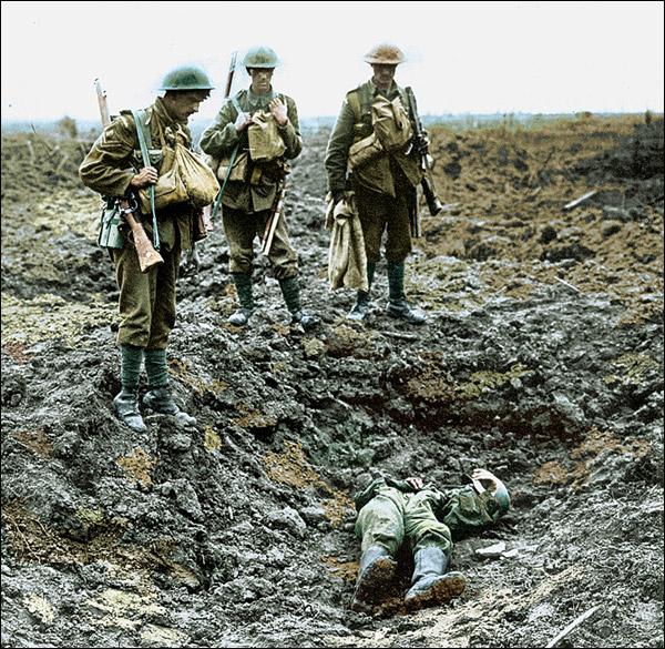 图文:3名战士正在向其死难战友默哀