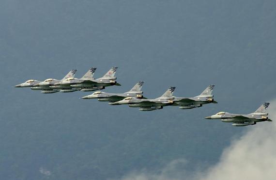 图文:台湾空军的F-16战机编队