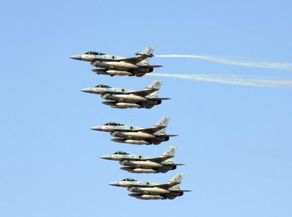 图文:阿联酋空军5架f-16e/f战机编队飞行