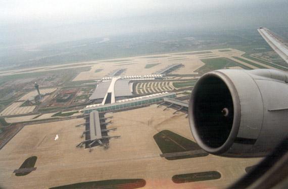 图文:南航波音777飞机飞离广州新机场