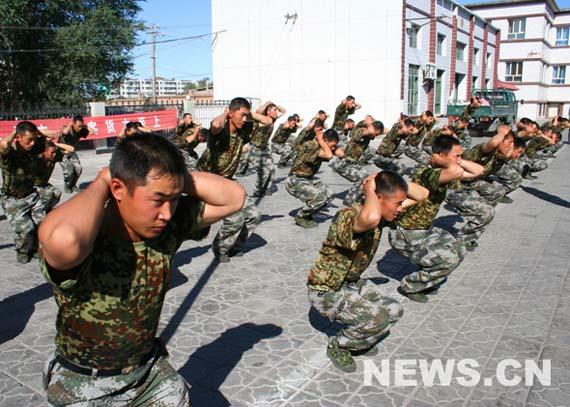 图文:官兵们停车间隙在站台上进行体能训练