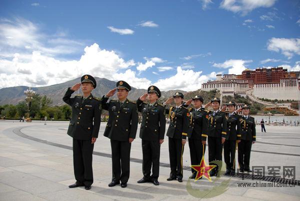 西藏军区军官着新军装向八一军旗敬礼图片