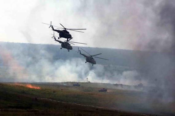 图文:俄米8运输直升机编队抵达演习场
