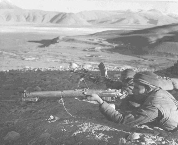 图文:在前沿战壕内警戒的印度士兵