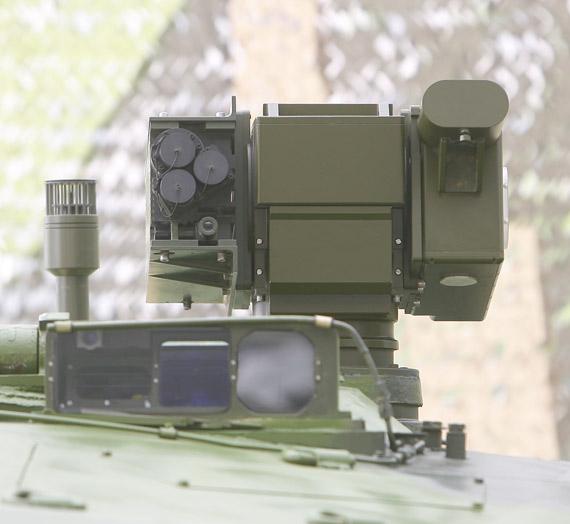 图文:99式坦克顶部安装的激光反制装置