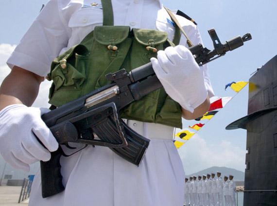图文:中国海军潜艇哨兵手持56C短步枪站岗