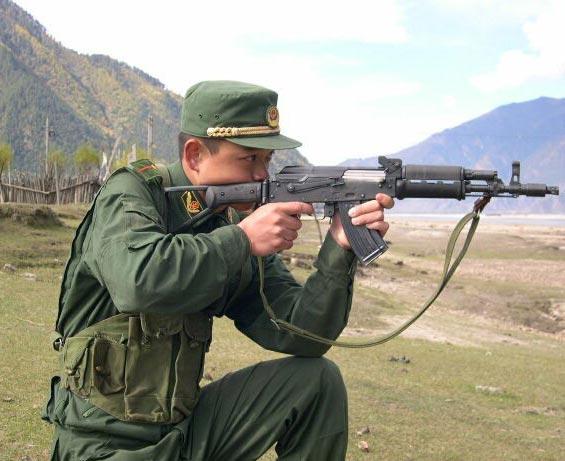 图文:武警少尉使用56C短步枪进行跪姿瞄准射击
