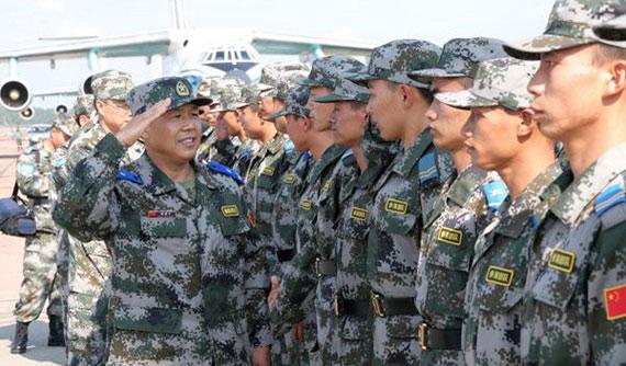 图文:抵达俄罗斯中国军人接受检阅