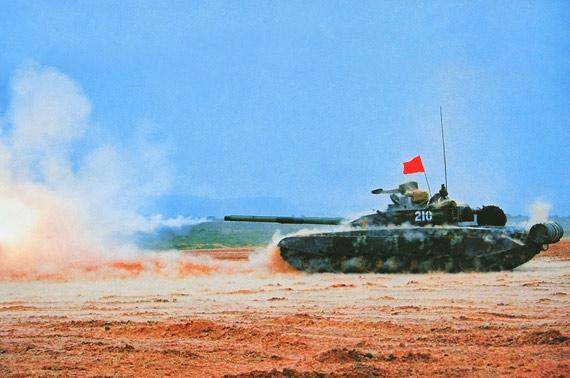 图文:解放军99式主战坦克主炮开火