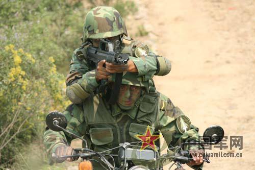 组图:解放军侦察兵乘车战斗射击弹无虚发
