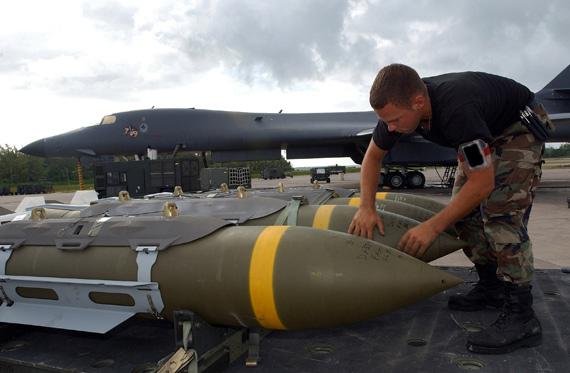 图文:美军士兵准备给B-1B轰炸机挂弹
