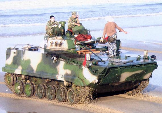 图文:海滩上的中国新型两栖装甲车