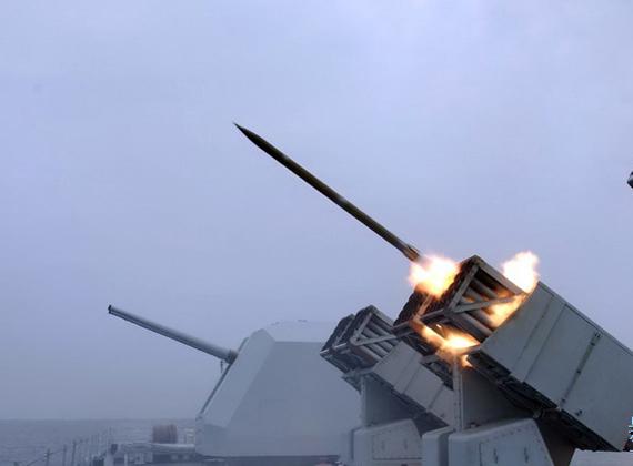 图文:中国海军战舰上的122毫米火箭炮发射