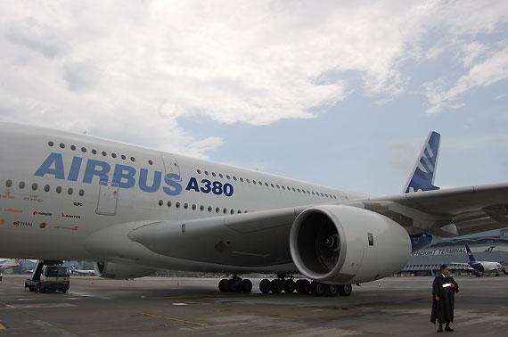 图文:a380客机停在香港机场停机坪
