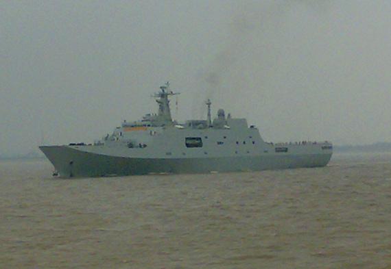 图文:最新下水的071船坞登陆舰开始海试
